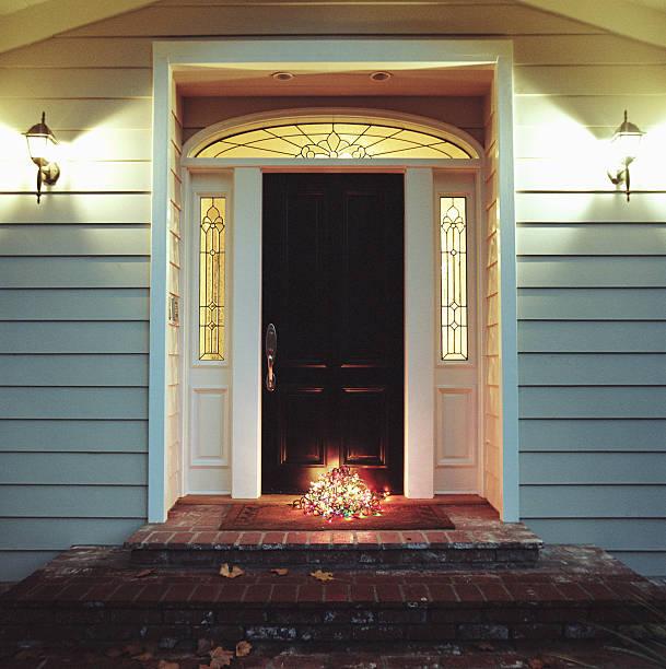 Decorative lights on front step of house:スマホ壁紙(壁紙.com)