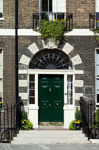 Door「Decorative stonework surrounding a grand front entrance to a Georgian townhouse, Central London, UK」:写真・画像(13)[壁紙.com]