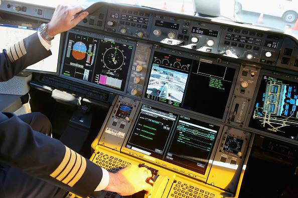 Pilot「Lufthansa And Airbus Present New A350 Passenger Plane」:写真・画像(0)[壁紙.com]
