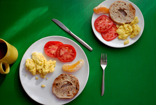野菜・フルーツ「Breakfast with bagel, eggs and tomato slices」:スマホ壁紙(8)