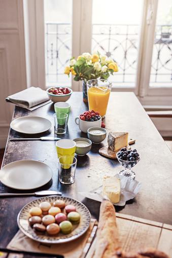 フランス料理「カラフルなマカロンとバゲットで朝食します。」:スマホ壁紙(19)