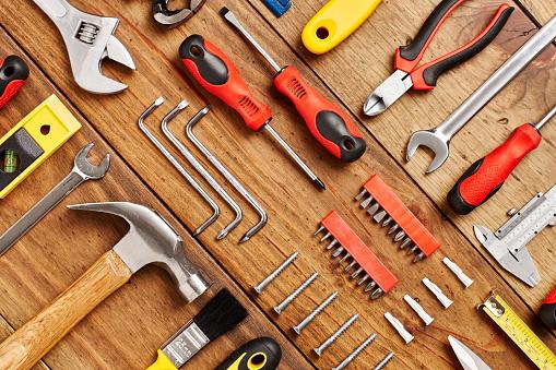 Drill Bit「Full frame shot of work tools diagonally arranged on table」:スマホ壁紙(17)