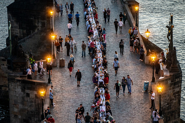 Human Interest「Prague Welcomes Summer With Al Fresco Dinner Party At Charles Bridge」:写真・画像(6)[壁紙.com]
