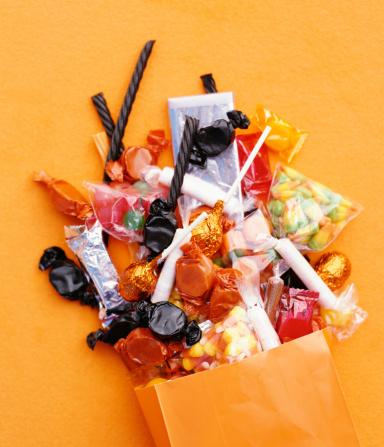 トリックオアトリート「Halloween candy spilling from bag」:スマホ壁紙(9)