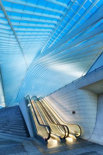 Escalator「未来的な列車駅の明り、リエージュギユマン,ベルギー」:スマホ壁紙(16)