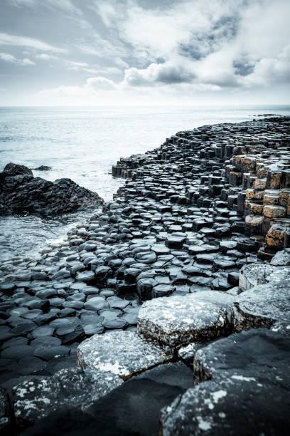 abstract rocks at giants causeway coastline in northern ireland:スマホ壁紙(壁紙.com)