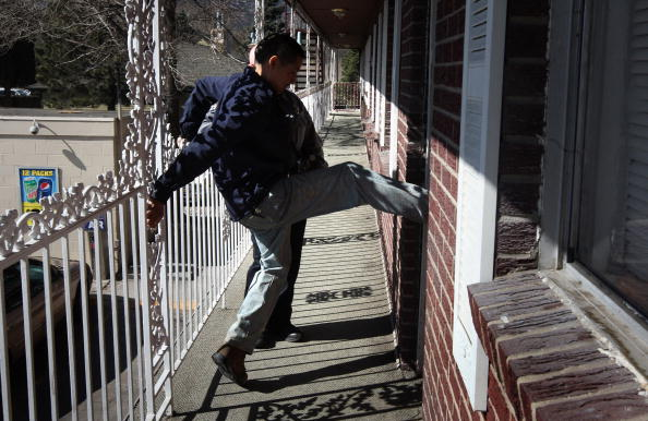 Kicking「Families Are Evicted From Homes As Economic Crisis Worsens」:写真・画像(1)[壁紙.com]