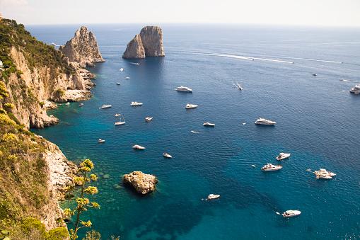 Cruise - Vacation「Faraglioni rocks and coastline, Capri, Italy」:スマホ壁紙(3)