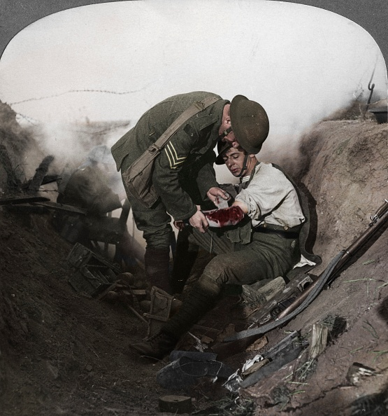 Army Soldier「Soldier Receiving First Aid From A Sergeant In A Sap」:写真・画像(1)[壁紙.com]