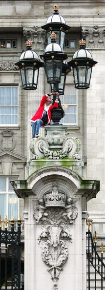 Scott Barbour「: Protestor Scales The Outside Of Buckingham Palace」:写真・画像(11)[壁紙.com]