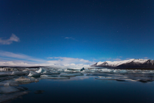 雲「Glaciers drift on Jokulsarlon at night. Iceland」:スマホ壁紙(9)