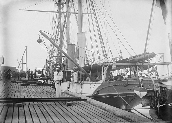 Sailor「Loading Coal Onto HMS Waterwitch」:写真・画像(4)[壁紙.com]