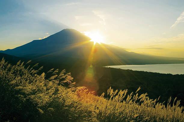 Sun setting behind Mt. Fuji, Yamanashi Prefecture, Japan:スマホ壁紙(壁紙.com)