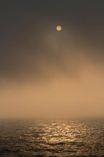 Cannon Beach「Sun setting in fog on the Oregon Coast」:スマホ壁紙(7)
