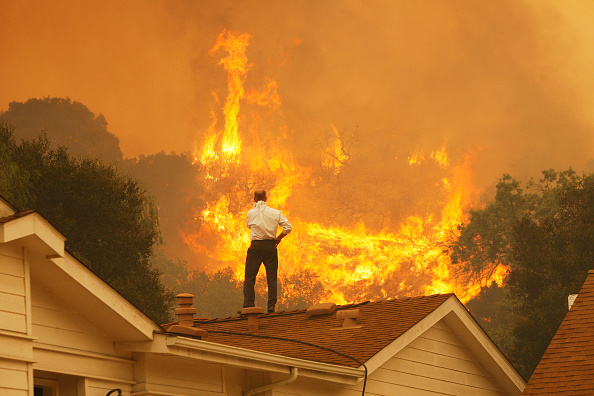 California「Springs Fire In Southern California Gains Strength, Continues To Threaten Homes」:写真・画像(2)[壁紙.com]