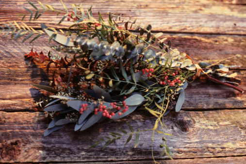 Rowanberry「Autumn bouquet lying on wooden table, overhead view」:スマホ壁紙(12)