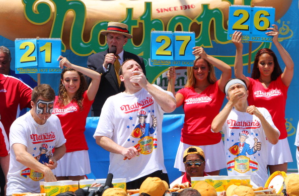Over Eating「Top Speed Eaters Compete In Nathan's Hot Dog Eating Contest」:写真・画像(0)[壁紙.com]