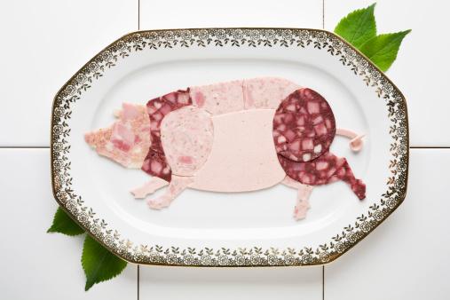 物の形「Cold cut meats arranged in the shape of a pig on a platter」:スマホ壁紙(18)