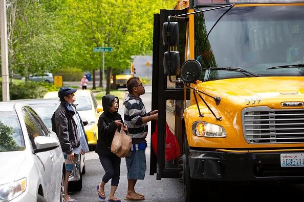 School Bus「Seattle School Bus Delivers Lunches To Kids During Coronavirus Shutdown」:写真・画像(13)[壁紙.com]