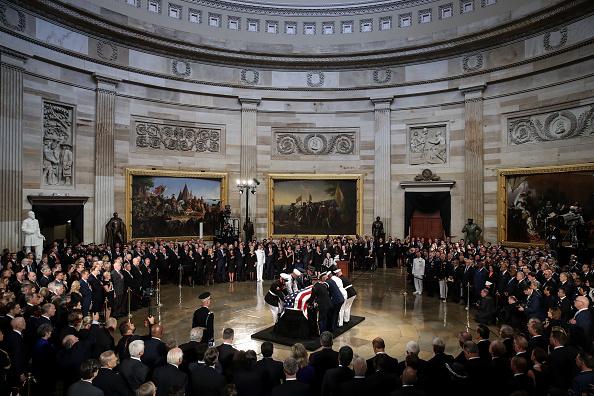Drew Angerer「Sen. John McCain (R-AZ) Lies In State In The Rotunda Of U.S. Capitol」:写真・画像(9)[壁紙.com]