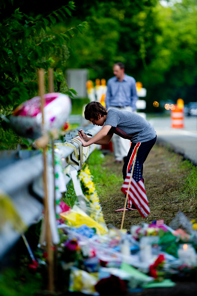 Paying「Mourners Visit The Scene Of Ryan Dunn's Fatal Accident」:写真・画像(10)[壁紙.com]