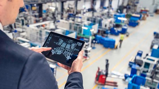 コントロール「工場でデジタルタブレットを使用している男性」:スマホ壁紙(7)