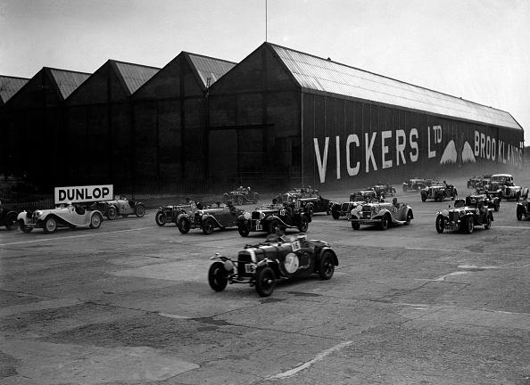 Motor Racing Track「Cars racing at the MCC Members Meeting, Brooklands, 10 September 1938」:写真・画像(7)[壁紙.com]
