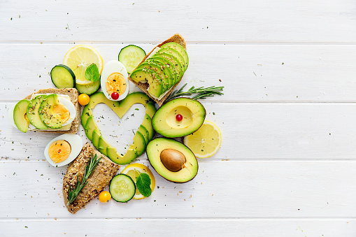 Avocado「Avocado slices in heart shape with bread, lemon and egg」:スマホ壁紙(18)