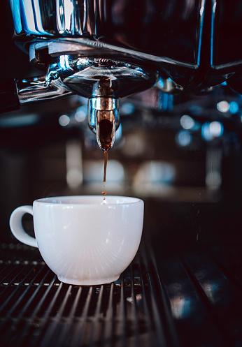 Pouring「Making an espresso」:スマホ壁紙(16)