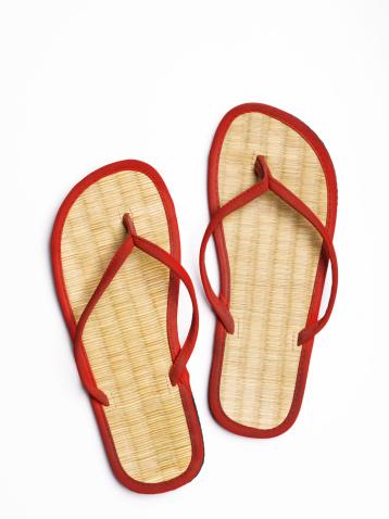 Flip-Flop「Red flip-flops with straw soles, close-up, studio shot」:スマホ壁紙(0)