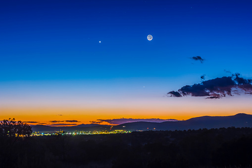 満ちていく月「Moon, Mercury & Venus conjunction above Silver City, New Mexico.」:スマホ壁紙(17)