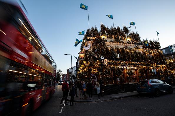 常緑樹「London's Churchill Arms Pub Unveils Christmas Display」:写真・画像(4)[壁紙.com]