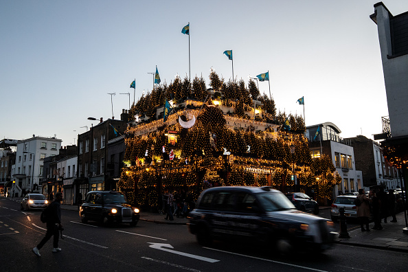 常緑樹「London's Churchill Arms Pub Unveils Christmas Display」:写真・画像(2)[壁紙.com]