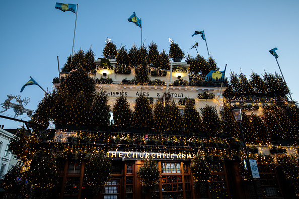常緑樹「London's Churchill Arms Pub Unveils Christmas Display」:写真・画像(3)[壁紙.com]
