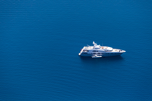 Crew「Aerial View of Luxury Motoryacht」:スマホ壁紙(1)
