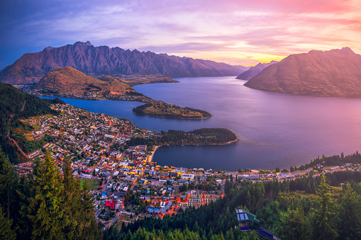 Southern Alps - New Zealand「Aerial view of Queenstown at sunset, South Island, New Zealand」:スマホ壁紙(9)