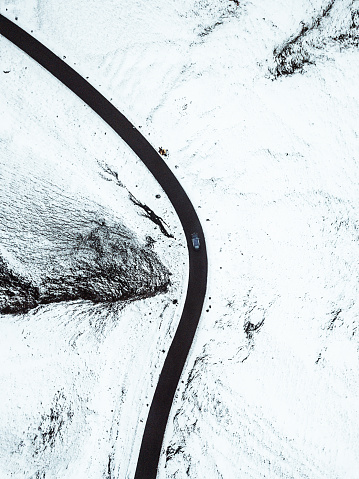 Peak District National Park「Aerial view above the snow-covered Winnats Pass」:スマホ壁紙(9)