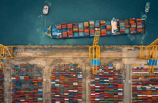 Shipyard「Aerial view of business port with Shore crane loading containers in freight ship.」:スマホ壁紙(9)