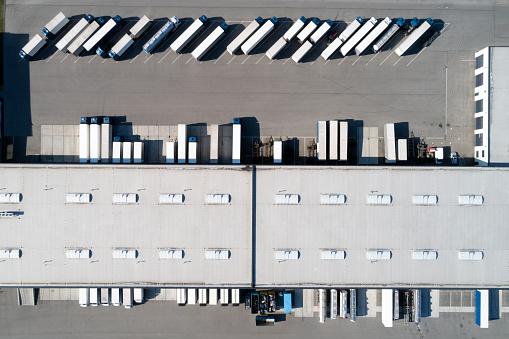 Pier「Aerial View of  Semi Trucks and Distribution Warehouse」:スマホ壁紙(15)