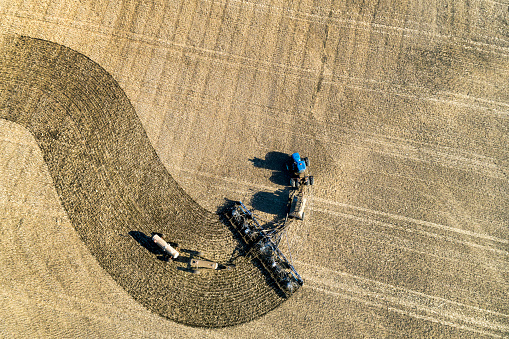 Planting「Aerial view of a tractor pulling an air seeder, seeding a field」:スマホ壁紙(0)
