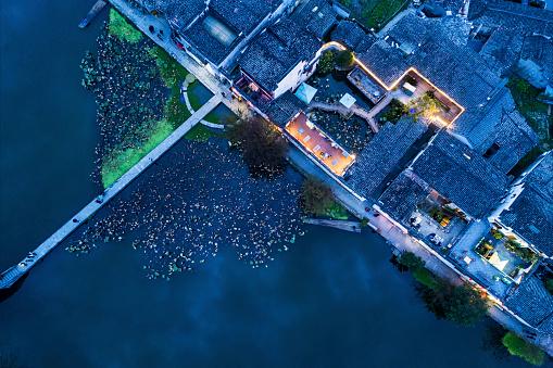 お祭り「夕暮れ時の中国の古代村の空撮」:スマホ壁紙(19)