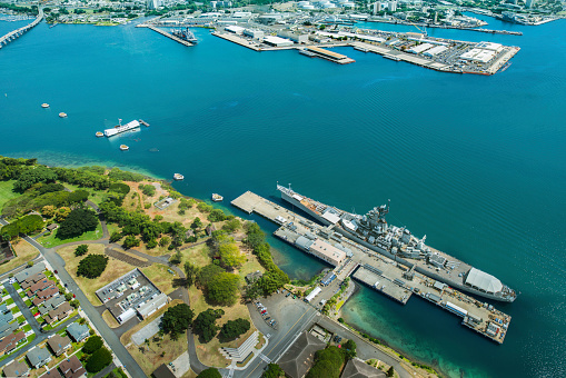 Pacific Ocean「Aerial view of Arizona Memorial and Mighty Mo Missouri battleship at Pearl Harbor, Honolulu, Hawaii, USA」:スマホ壁紙(4)
