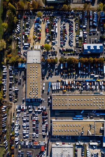 Car Dealership「Aerial View of Rows of Cars」:スマホ壁紙(11)