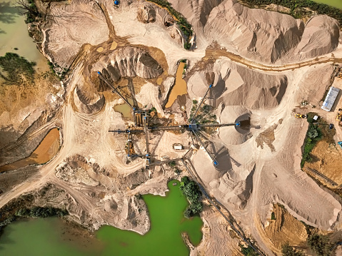 Earth Mover「Aerial view of crushed stone quarry machine」:スマホ壁紙(5)