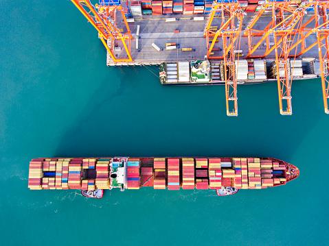 Approaching「Aerial view of cargo ship in transit.」:スマホ壁紙(10)