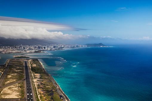 オアフ島「Aerial view of Waikiki from Honolulu airport with Diamond head in the distance」:スマホ壁紙(3)