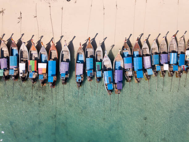 Aerial view of long tail boats parked on beach:スマホ壁紙(壁紙.com)
