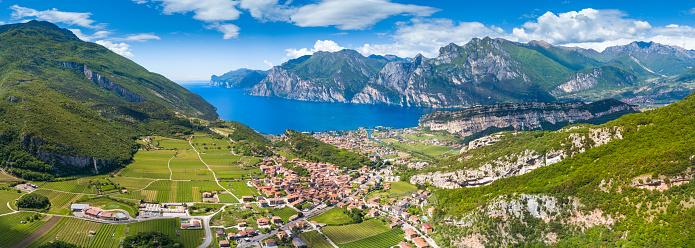 春「イタリアのガルダ湖の空中写真」:スマホ壁紙(12)