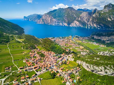 春「イタリアのガルダ湖の空中写真」:スマホ壁紙(9)
