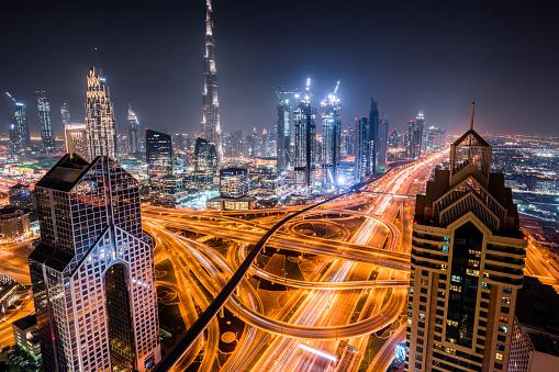 乗り物・交通「忙しい交差点ドバイの夜の空撮」:スマホ壁紙(11)